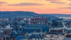 Ηλιοβασίλεμα πέρα από τις πόλεις Trouville-trouville-sur-mer και Deauville στη Νορμανδία, Γαλλία Στοκ Εικόνες