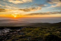 Ηλιοβασίλεμα πέρα από τον ανεμιστήρα μανδρών Υ, σειρά βουνών, Ουαλία UK στοκ φωτογραφίες με δικαίωμα ελεύθερης χρήσης