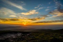 Ηλιοβασίλεμα πέρα από τον ανεμιστήρα μανδρών Υ, σειρά βουνών, Ουαλία UK Στοκ Εικόνες