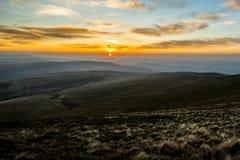 Ηλιοβασίλεμα πέρα από τον ανεμιστήρα μανδρών Υ, σειρά βουνών, Ουαλία UK στοκ φωτογραφία με δικαίωμα ελεύθερης χρήσης
