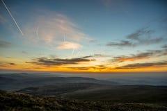 Ηλιοβασίλεμα πέρα από τον ανεμιστήρα μανδρών Υ, σειρά βουνών, Ουαλία UK στοκ φωτογραφία