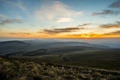 Ηλιοβασίλεμα πέρα από τον ανεμιστήρα μανδρών Υ, σειρά βουνών, Ουαλία UK Στοκ εικόνα με δικαίωμα ελεύθερης χρήσης