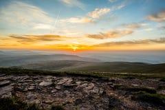 Ηλιοβασίλεμα πέρα από τον ανεμιστήρα μανδρών Υ, σειρά βουνών, Ουαλία UK στοκ εικόνες με δικαίωμα ελεύθερης χρήσης