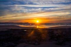 Ηλιοβασίλεμα πέρα από τον Ατλαντικό Ωκεανό που προσέχουν από την παραλία Baleal, Πορτογαλία στοκ φωτογραφία