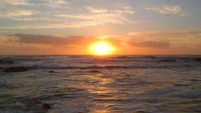 Ηλιοβασίλεμα πέρα από τον Ατλαντικό Ωκεανό στην Πορτογαλία με τα δραματικά σύννεφα και τις πορτοκαλιές αντανακλάσεις απόθεμα βίντεο