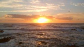 Ηλιοβασίλεμα πέρα από τον Ατλαντικό Ωκεανό στην Πορτογαλία με τα δραματικά σύννεφα και πορτοκαλιές αντανακλάσεις στην επιφάνεια ν φιλμ μικρού μήκους