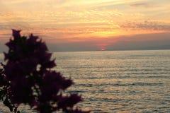 Ηλιοβασίλεμα πέρα από τον ορίζοντα της θάλασσας του Μπαλί στοκ εικόνα