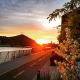 Ηλιοβασίλεμα πέρα από τον ποταμό Δούναβη Βουδαπέστη, Ουγγαρία Στοκ Φωτογραφίες