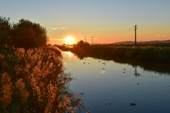Ηλιοβασίλεμα πέρα από τον ποταμό, Πορτογαλία Στοκ εικόνα με δικαίωμα ελεύθερης χρήσης