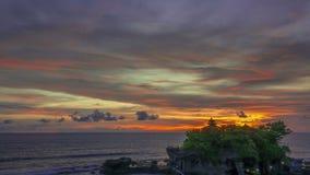 Ηλιοβασίλεμα πέρα από τον ωκεανό και το ναό στο νησί Χρονικό σφάλμα απόθεμα βίντεο