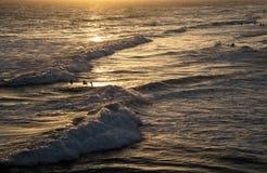 Ηλιοβασίλεμα πέρα από τον ωκεανό με τα surfers στοκ φωτογραφίες με δικαίωμα ελεύθερης χρήσης