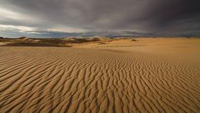 Ηλιοβασίλεμα πέρα από τους αμμόλοφους άμμου στην έρημο απόθεμα βίντεο