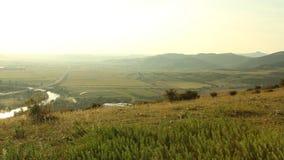 Ηλιοβασίλεμα πέρα από τους τομείς και τον ποταμό εθνικών οδών φιλμ μικρού μήκους