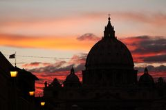 Ηλιοβασίλεμα πέρα από το θόλο της βασιλικής Αγίου Peter ` s στη πόλη του Βατικανού ι Στοκ Εικόνες