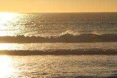 Ηλιοβασίλεμα πέρα από το Καίηπτάουν με τα κύματα και τη θάλασσα στοκ εικόνες με δικαίωμα ελεύθερης χρήσης