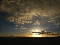 Ηλιοβασίλεμα πέρα από το λόφο στοκ φωτογραφίες