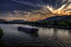 Ηλιοβασίλεμα πέρα από το μεγάλο κανάλι στην Κίνα στοκ εικόνα