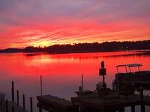 Ηλιοβασίλεμα πέρα από το νερό λιμνών στοκ εικόνες με δικαίωμα ελεύθερης χρήσης