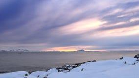 Ηλιοβασίλεμα πέρα από το νησί Senja στο τέλος μιας όμορφης χειμερινής ημέρας στη βόρεια Νορβηγία απόθεμα βίντεο