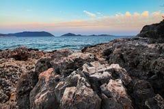 Ηλιοβασίλεμα πέρα από το τραχύ ηφαιστειακό τοπίο ακτών βράχου Στοκ Εικόνες