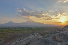 Ηλιοβασίλεμα πέρα από το υποστήριγμα Ararat, Αρμενία στοκ εικόνες