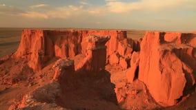 Ηλιοβασίλεμα πέρα από το φαράγγι Bayanzag στη Μογγολία απόθεμα βίντεο