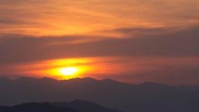 Ηλιοβασίλεμα πίσω από τα βουνά Στοκ φωτογραφία με δικαίωμα ελεύθερης χρήσης