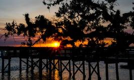 Ηλιοβασίλεμα πίσω από το δρύινο δέντρο Στοκ Φωτογραφίες
