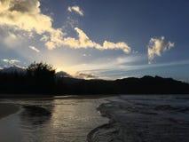 Ηλιοβασίλεμα πίσω από Waioli Streem που μπαίνει στο Ειρηνικό Ωκεανό στον κόλπο Hanalei Kauai στο νησί, Χαβάη Στοκ Εικόνες