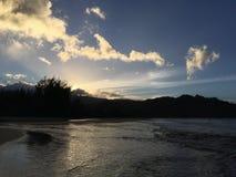 Ηλιοβασίλεμα πίσω από Waioli Streem που μπαίνει στο Ειρηνικό Ωκεανό στον κόλπο Hanalei Kauai στο νησί, Χαβάη Στοκ εικόνες με δικαίωμα ελεύθερης χρήσης