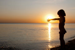 ηλιοβασίλεμα παιδιών παρ Στοκ Φωτογραφία