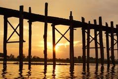 Ηλιοβασίλεμα, παλαιά teak γέφυρα κοντά στο Mandalay στη Βιρμανία, Ασία Στοκ εικόνα με δικαίωμα ελεύθερης χρήσης