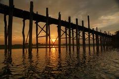 Ηλιοβασίλεμα, παλαιά teak γέφυρα κοντά στο Mandalay στη Βιρμανία, Ασία Στοκ Εικόνα