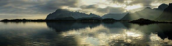 Ηλιοβασίλεμα πανοράματος στη νορβηγική ακτή σε Austvagoya στοκ φωτογραφία