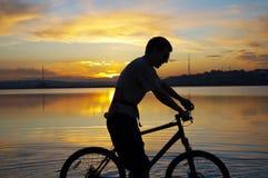 ηλιοβασίλεμα ποδηλατών στοκ φωτογραφία με δικαίωμα ελεύθερης χρήσης