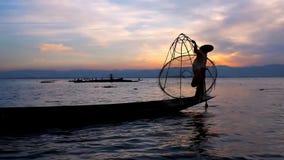 Ηλιοβασίλεμα που αλιεύει στη λίμνη Inle, το Μιανμάρ απόθεμα βίντεο