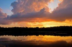 Ηλιοβασίλεμα που αναμιγνύεται με τα υπόλοιπα σύννεφων θύελλας Στοκ Εικόνα