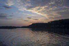 Ηλιοβασίλεμα που απεικονίζει στον ποταμό Δούναβη από τη βάρκα στοκ φωτογραφίες με δικαίωμα ελεύθερης χρήσης