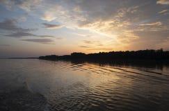 Ηλιοβασίλεμα που απεικονίζει στον ποταμό Δούναβη στοκ φωτογραφία