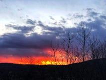 Ηλιοβασίλεμα που καίγεται στον ορίζοντα Στοκ Φωτογραφία