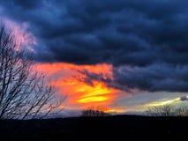 Ηλιοβασίλεμα που καίγεται στον ορίζοντα Στοκ Εικόνες