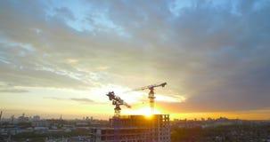 Ηλιοβασίλεμα πόλεων στο υπόβαθρο των δασών και της κατασκευής απόθεμα βίντεο
