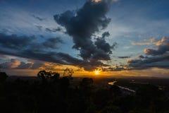 Ηλιοβασίλεμα σε ένα φυσικό σημείο σε Chumphon Ταϊλάνδη στοκ εικόνα