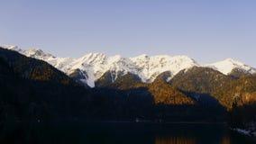 Ηλιοβασίλεμα σε μια αλπική λίμνη Ritsa την άνοιξη Αμπχαζία Timelapse φιλμ μικρού μήκους