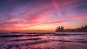 Ηλιοβασίλεμα σε μια δύσκολη παραλία Pacific Northwest στοκ φωτογραφίες