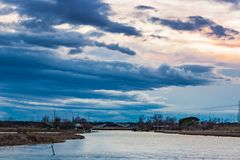 Ηλιοβασίλεμα σε μια λιμνοθάλασσα με την αλιεία των καλυβών Στοκ φωτογραφία με δικαίωμα ελεύθερης χρήσης