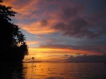 Ηλιοβασίλεμα σε μια παραλία των νησιών Mentawai, Ινδονησία στοκ φωτογραφίες