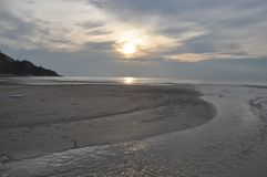 Ηλιοβασίλεμα σε μια παραλία Στοκ φωτογραφία με δικαίωμα ελεύθερης χρήσης