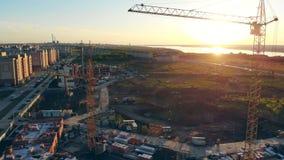 Ηλιοβασίλεμα σε μια περιοχή προγράμματος που γεμίζουν με τις μηχανές και τον εξοπλισμό Περιοχή κατασκευής, περιοχή οικοδόμησης, π απόθεμα βίντεο