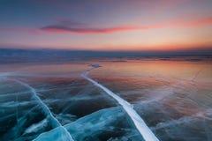 Ηλιοβασίλεμα σε μια σπηλιά πάγου στη λίμνη Baikal το χειμώνα στοκ εικόνα